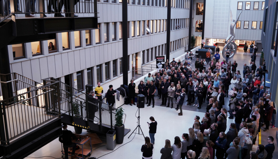 Ansatte og studenter ved OsloMet samlet i lokalene på Kjeller da det ble kjent at høgskolen var blitt universitet, 12. januar 2018. Foto: Ketil Blom Haugstulen