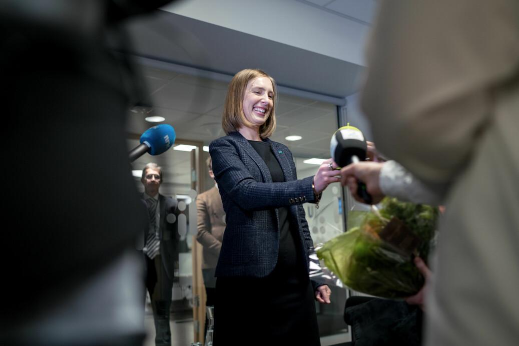 Iselin Nybø (V) fikk blomster og nøkler da hun overtok som høyere utdanning og forskningsminister. Foto: Ketil Blom haugstulen