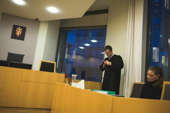 Advokat Stein Erik Jahr Dahl hos regjeringsadvokaten representerer UiO. Til høyre jurist Kathrine Olsgard. Foto: Siri Øverland Eriksen