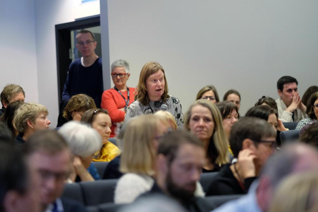 Heidi Snoen Glomsås, plasstillitsvalgt for Norsk sykepleierforbund, har ordet på allmøtet og etterlyser informasjon.