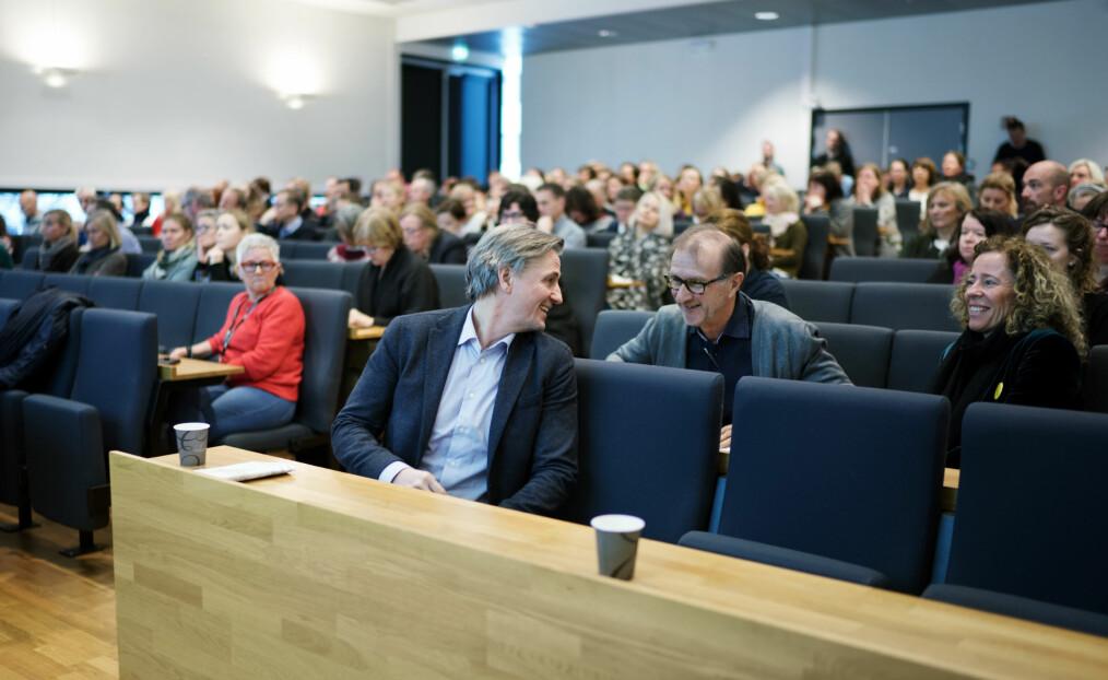 Direktør Asbjørn Seim innledet på allmøtet, her i samtale med dekan Knut Patrick Hanevik og eiendomsdirektør Mariann Hole.