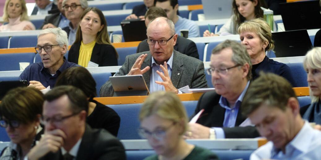 Foretak eller ikke foretak, er ikke nødvendigvis spørsmålet om hvordan få økt selvbestemmelse for universiteter og høgskoler, mener NTUN-rektor Gunnar Bovim (i midten). UiB-rektor Dag Rune Olsen (t.v.) og UiO-rektor Svein Stølen (t.h.). Her på UHR-møte på Lillehammer. Foto: Ketil Blom Haugstulen