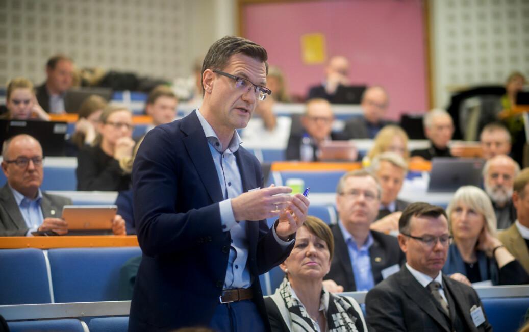 Konstituert universitetsdirektør ved UiT, Jørgen Fossland, er en av sju søkere på direktørjobben. Her er han på møte i representantskapet i Universitets-og høgskolerådet på Lillehammer i november 2017. Foto: Ketil Blom Haugstulen