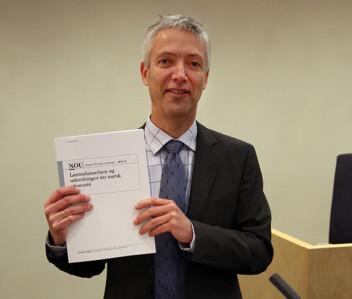 """Steinar Holden med utredningen """"Lønnsdannelsen og utfordringer for norsk økonomi"""" i 2013."""