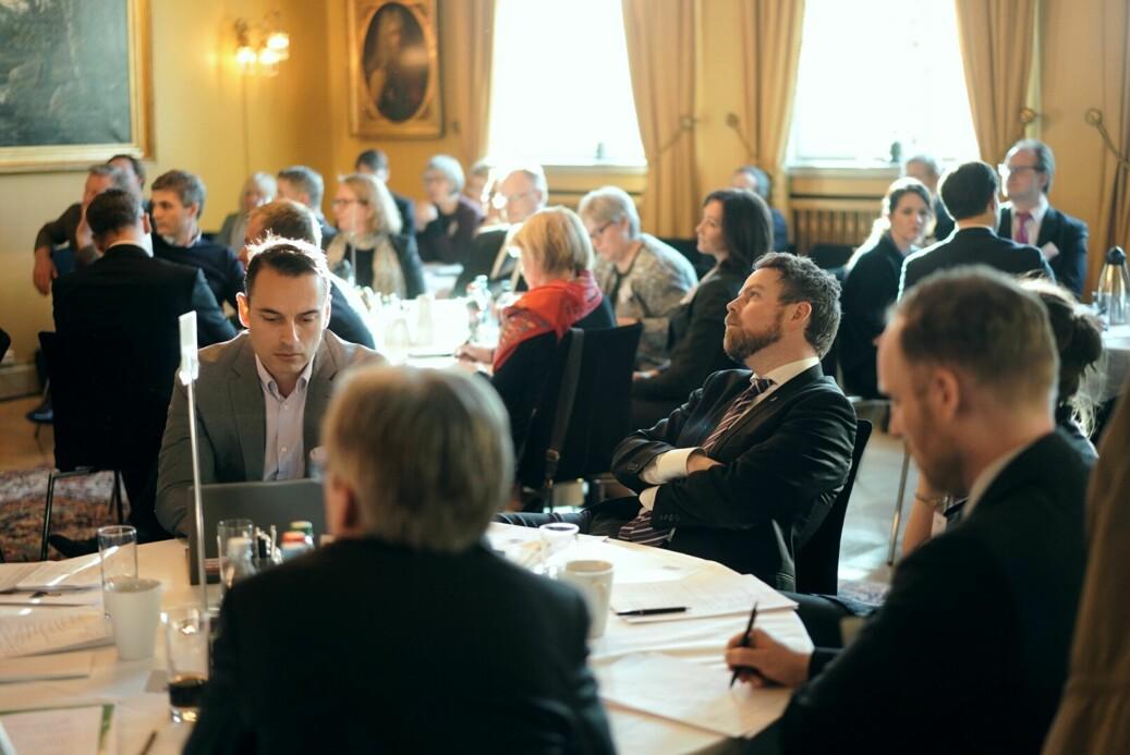 Topper fra akademia og nærings- og samfunnsliv var samlet til gruppearbeid for å gi regjeringen råd om digitalisering.