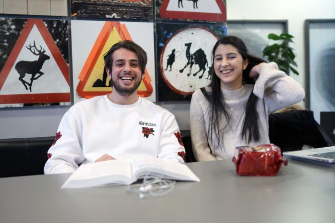 Studentene Poja Zalehi (t.v.) og Meena Bazeer. Foto: Ketil Blom Haugstulen