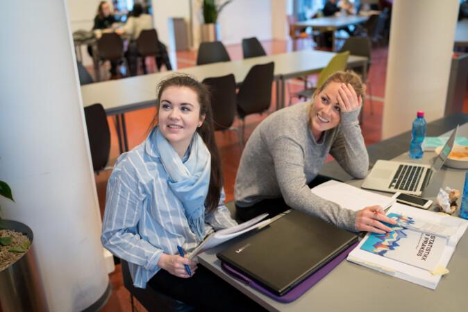 Sykepleiestudentene Lisa Rein (t.v.) og Astrid Harring. Foto: Ketil Blom Haugstulen