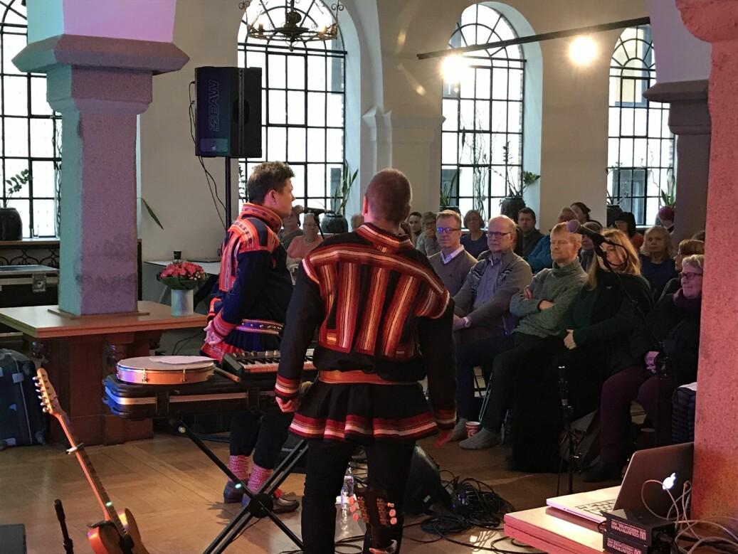 Rektor Curt rice inviterte til feiring av samfeolkets dag på OsloMet. Georg Buljo og Niko Valkeapää bidro musikalsk. Foto: Eva Tønnessen
