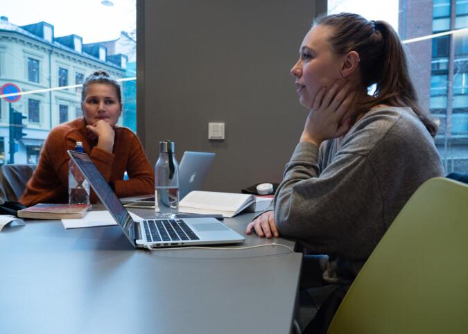 Sykepleiestudentene Johanne Basso og Thea Steen Andersen i Pilestredet.