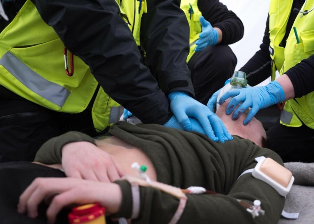 Med falskt blod og tilsynelatende livløse pasienter, fikk sykepleierne prøvd seg på forhold som skulle ligne så mye som mulig på det man kan oppleve i en katastrofe. Foto: Petter Berntsen