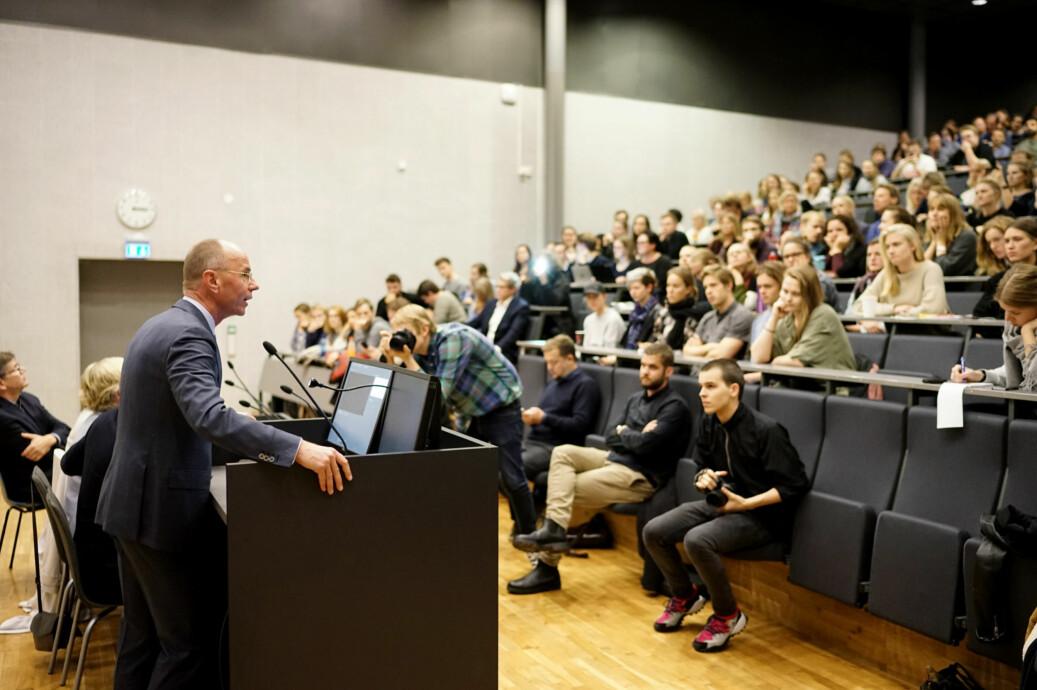 Dekan ved Det samfunnsvitenskapelige fakultet på UiO, Nils Henrik Mørch von der Fehr, på et allmøte for studenter og ansatte på profesjonsstudiet for psykologi sist høst. Da ville han flytte ut psykologklinikken, nå vil han beholde den internt . Foto Ketil Blom Haugstulen