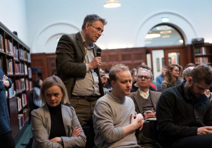 Avgått statssekretær Bjærn Haugstad nyter livet på frokostmøte om rotteracet i forskningen. Foto: Ketil Blom Haugstulen