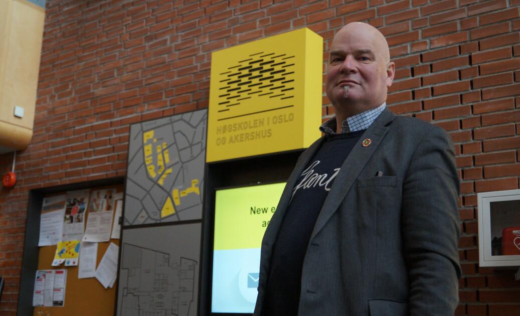 Leder av Forskerforbundet ved OsloMet, Erik Dahlgren, advarer mot den gule fare og vil bytte ut gulfargen når universitetet får nye skilt. Foto: Brage Lie Jor