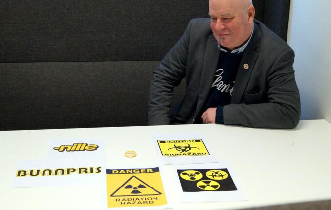 Fareskilt mot kjemiske våpen, radioaktivitet og smittefare er i gult og svart. Det er også logoene til billigkjedene Nille og Bunnpris - og hittil logoen til tidligere Høgskolen i Oslo og Akershus. Foto: Brage Lie Jor