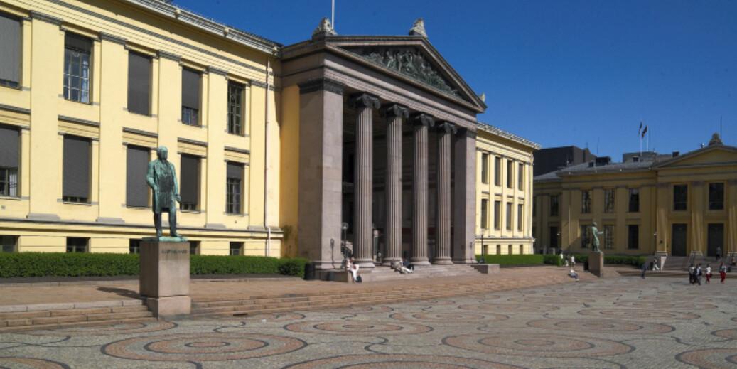 Jusstudier er blant landets aller mest søkte. Universitetsplassen på Karl Johan. Foto: Atle Skogstad