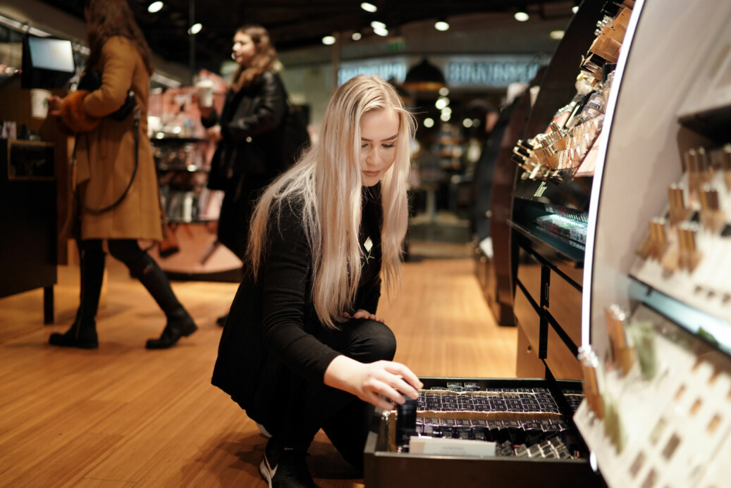 Benedicte Andersen studerer til å bli faglærer i design, kunst og håndverk på OsloMet, og jobber samtidig hos sminkekjeden Kicks 3-4 dager i uka. Foto: Ketil Blom Haugstulen