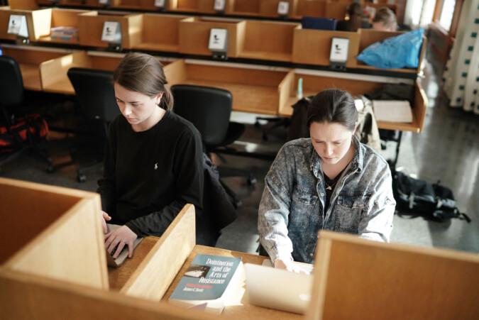Masterstudentene Julie Hjelde Ellingsen (t.v.) og Sara Myhrer jobber begge ved siden av studiene. Foto: Ketil Blom Haugstulen