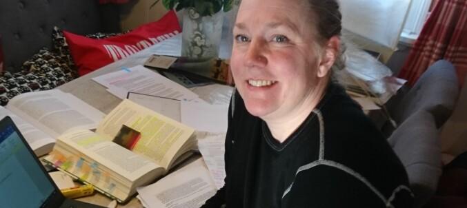 Camilla Sagen forbereder seg til eksamen ved Høgskolen i Innlandet. Foto: Jade Sagen