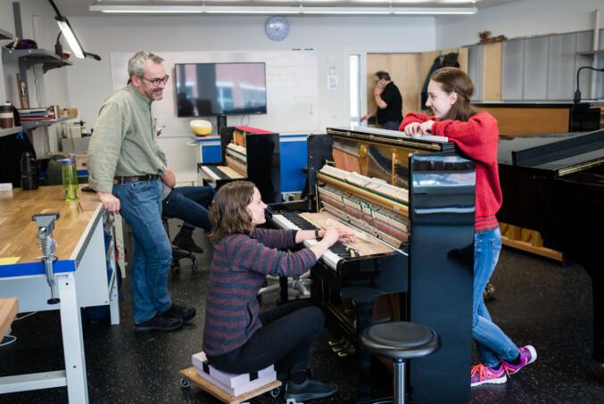 I et klasserom på NMH sitter fem studenter og skrur på hvert sitt piano. Foto: Skjalg Bøhmer Vold