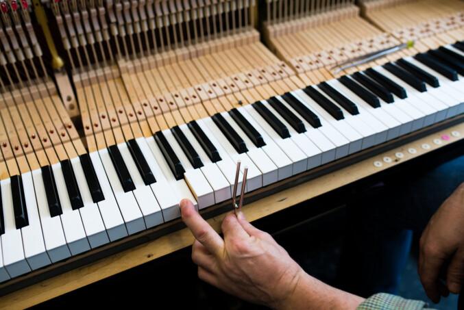 Snittalderen på pianostemmere er 62 år. Håpet er at de nye studentene kan dra yrket videre. Foto: Skjalg Bøhmer Vold