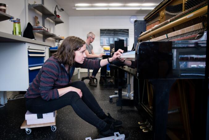 Et piano skal stemmes minst én gang i året, sier Bakke. Et konsertpiano skal stemmes før hver konsert. Foto: Skjalg Bøhmer Vold