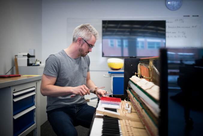 Det finnes over en halv million pianoer i Norge. Dersom de alle skal stemmes én gang i året, betyr det 7500 stemminger per pianostemmer i året. Foto: Skjalg Bøhmer Vold