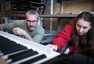 Fem studenter på utdanning for pianostemmere