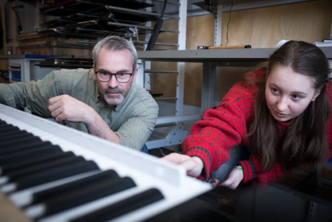 Maiken Hansen (høyre) sier hun trives med studiet, men at det er krevende. — Det er over 6000 deler i et piano, og man skal kunne navnet på ganske mange av dem, sier hun. Foto: Skjalg Bøhmer Vold