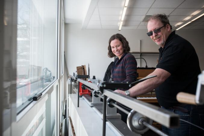 Det er fullt mulig å leve som pianostemmer i Norge. — Dersom man har rundt tre oppdrag om dagen kan man leve fint på det, sier Bakke (høyre). Foto: Skjalg Bøhmer Vold