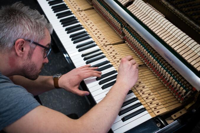 Det er et trangt nåløye for å komme inn på pianostemmerlinja på NMH. Av 55 søkere kom bare fem inn. Neste kull vil kun bestå av tre studenter. Foto: Skjalg Bøhmer Vold