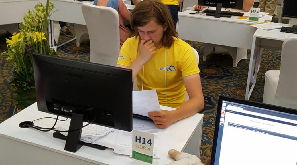 Birk Tjelmeland vann førre helg Norsk Informatikkolympiade, som vart arrangert ved UiB. Biletet er frå den internasjonale finalen i Iran i fjor. Foto: Privat
