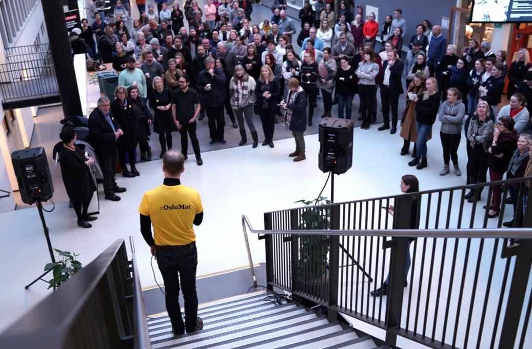 Curt Rice holder holder tale og ønsker ansatte og studenter på Campus Kjeller velkommen til OsloMet — storbyuniversitetet. Foto: Ketil Blom Haugstulen