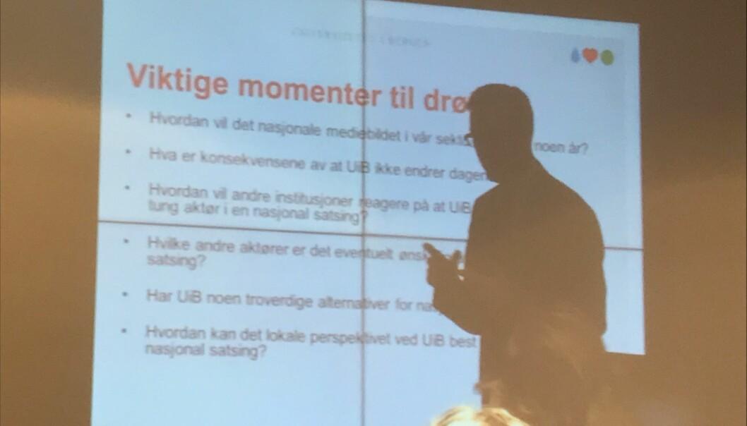 UiB-rektor og styreleder Dag Rune Olsen innleder for universitetsstyret om mulig avissamarbeid om Khrono. (Skjermdump)