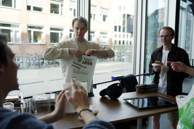 Nestleder Magnus Holtet (t.v.) og leder/toastmaster Hilmay Elverhøy (t.h.) gjør seg klare for Toastdag på onsdag. Foto: Ketil Blom Haugstulen