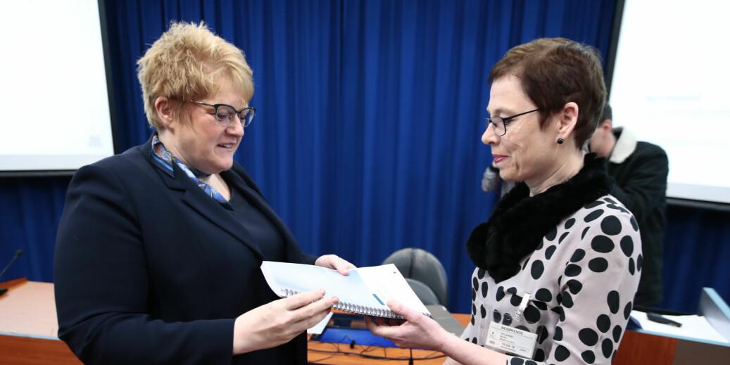 Kulturminister Trine Skei Grande (t.v.) fikk tidligere i april en rapport fra Medietilsynet om NRKs betydning for mediemangfoldet. Til høyre tilsynets direktør Mari Velsand.Foto: Lise Åserud/NTB Scanpix