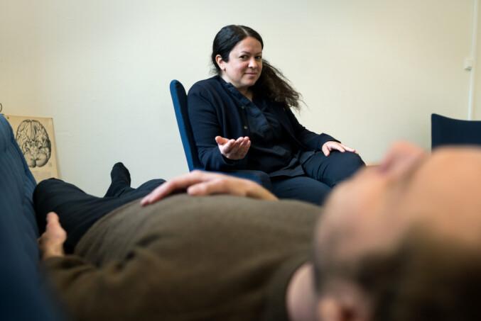 Psykolog Yasmin Sofia Iqbal sier det er viktig å forstå hva som skjer i kroppen når angsten melder seg. Da føles den mindre farlig ut. Foto: Ketil Blom Haugstulen.
