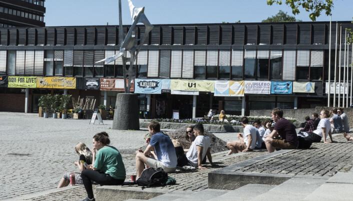 Studentene ved Universitetet i Oslo tar seg en pause i eksamenslesinga for å nyte sola.