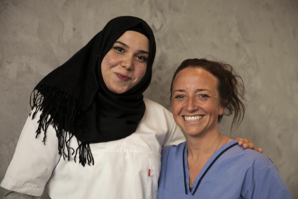 Syriske Anwar Horani har hospitert på fysioterpiutdanningen ved OsloMet. Her sammen med universitetslektor, Marte Rolstad Clason (t.h.). Foto: Mina Ræge