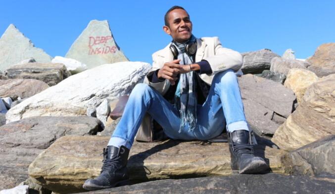 Her er Cédrique Lovasoa Augustave fra Madagaskar på en tur til Telegrafbukta i Tromsø under studieoppholdet sitt i byen. Foto: Privat