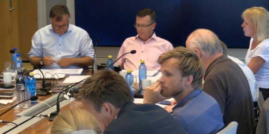 Skjermdump fra dagens styremøte ved Universitetet i Bergen: Direktør Kjell Bernstrøm (t.v. i lyseblå skjorte) og rektor og styreleder Dag Rune Olsen (i lys rosa).
