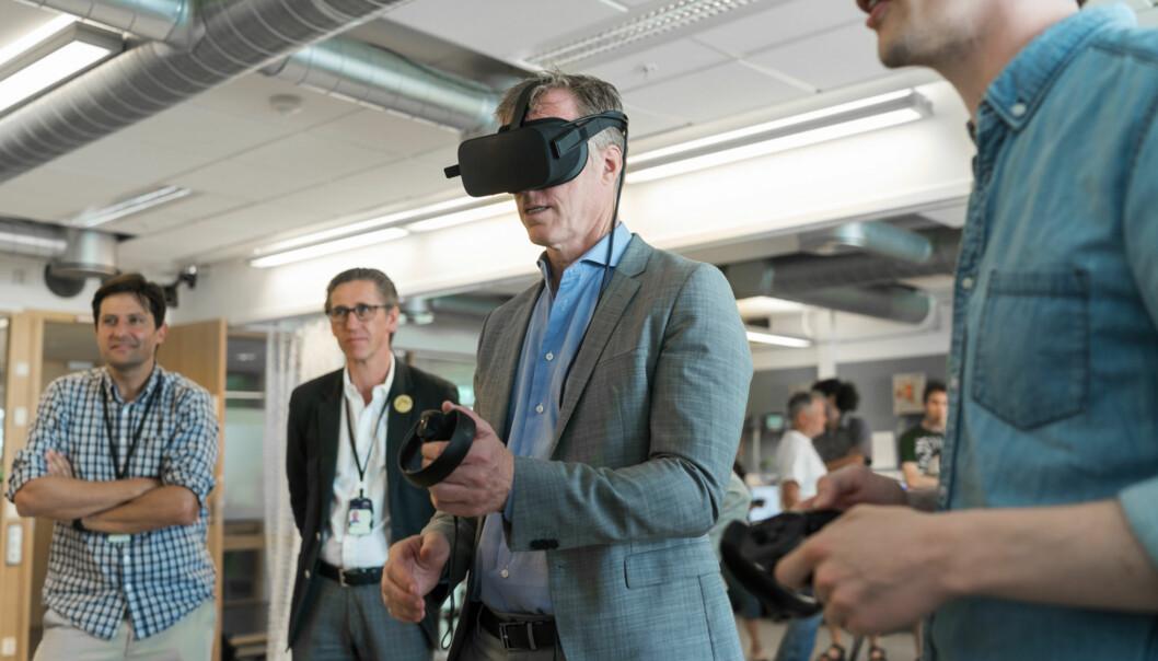 Curt Rice åpner teknologilab på OsloMet i juni 2018. Sammen med fem andre rektorer og en administrerende direktør poengterer han betydningen av at Norge satser på forskning og utdanning innenfor kunstig intelligens. Foto: Ketil Blom Haugstulen