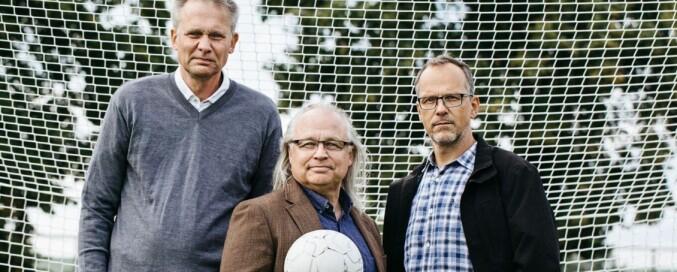 Torbjörn Vestberg (i midten) har skrevet boka «Hjärnboll» sammen med journalist Thomas Lerner (t.v.) og KI-forsker Predrag Petrovic. Foto: Fredrik Bernholm, forlaget Natur&Kultur