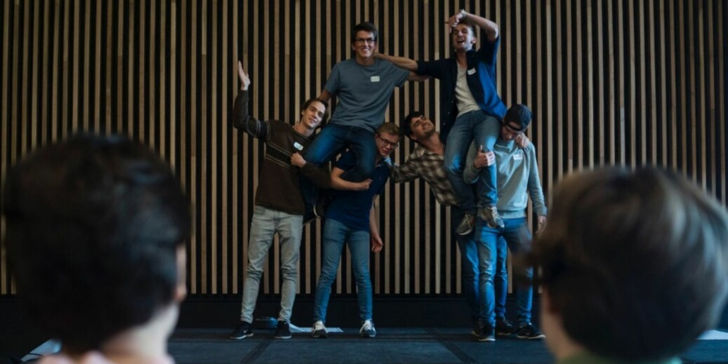 Her er ferske matematikkstudenter på seminar på Sundvolden i regi av UiOs ForVei-prosjekt i fjor høst for å skape trygghet, bli kjent og aller helst hindre forfall fra studiet. Foto: David Engmo
