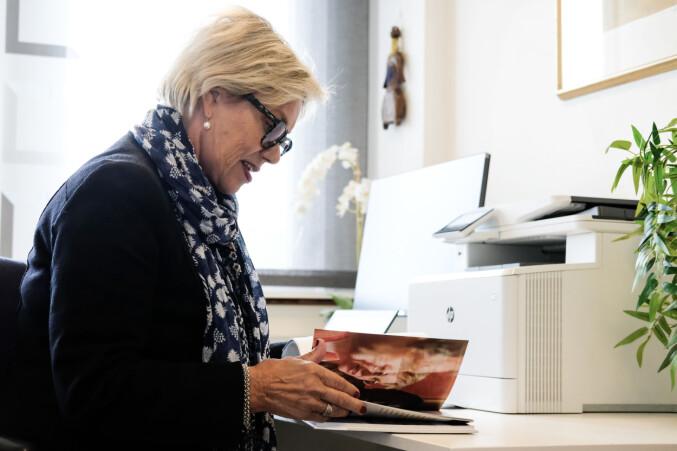 """Fanny Duckert har gitt ut mange bøker. Boken hun holder i her heter """"Velkommen hjem til oss"""" og handler om gjester, mat og vertskap i en multikulturell verden."""