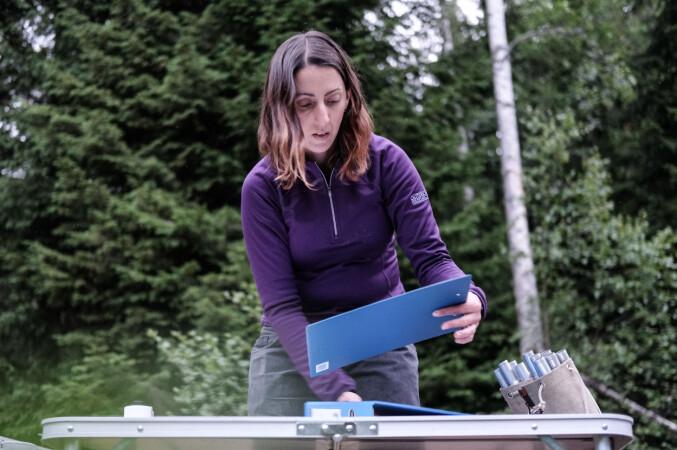 Clare Yvonne Stawski klargjør skjemaene hvor de skal registrere kveldens fangst.