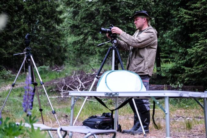 Jeroen van der Kooij, biolog ved Norsk zoologisk forening, setter opp kamerautstyret som de bruker til å ta bilder av vingene til flaggermus. Bildene samles i en database hvor de kan skille de ulike individene fra hverandre.