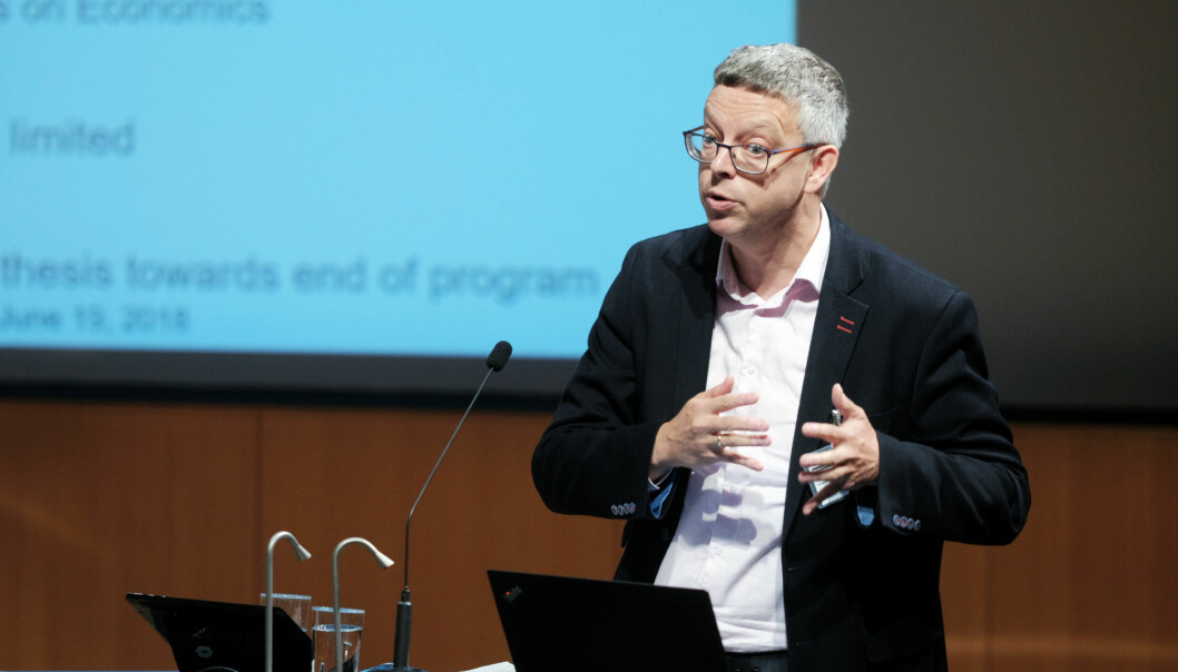 Professor Henri de Groot ledet ekspertpanelet som evaluerte norsk økonomiutdanning for NOKUT, og fikk presentere panelets konklusjoner i NOKUTs lokaler. Foto: Ketil Blom Haugstulen