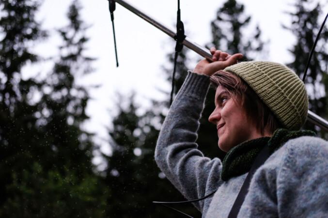 April McKay, en av studentene som er med i SCANDBAT, peiler etter flaggermus.