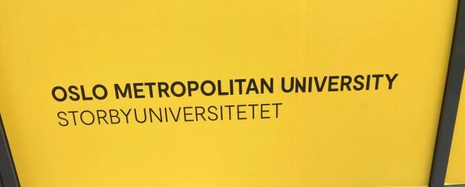 Her er en variant av universitetsnavnet skrevet på store boards hengt opp på veggene utvendig hos OsloMet — storbyuniversitetet i Pilestredet i Oslo.