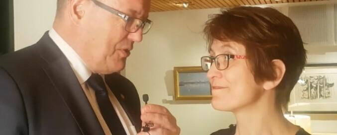 NTNU-rektor Gunnar Bovim tok selv jobben med å intervjue Trondheimsolistenes Marianne Baudouin Lie. Foto: Skjermdump